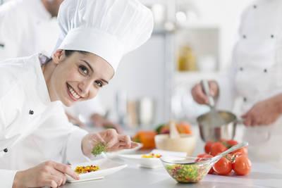 Köchin bei der Arbeit