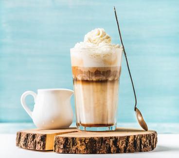 Latte Macchiato mit Schlagsahne