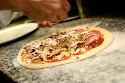 Pizza auf Pizzatisch